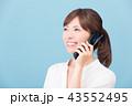 ガラケーで通話する女性 43552495