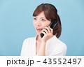 ガラケーで通話する女性 43552497