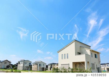 青空の住宅街とマイホーム 43559050