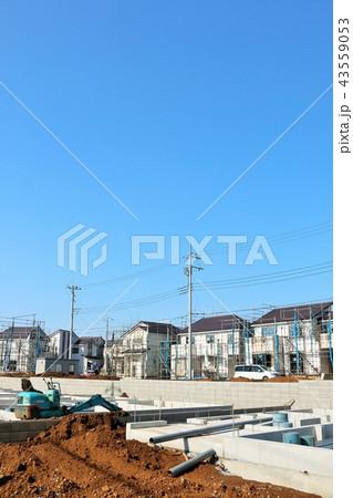 青空の住宅街と建設中の風景 43559053
