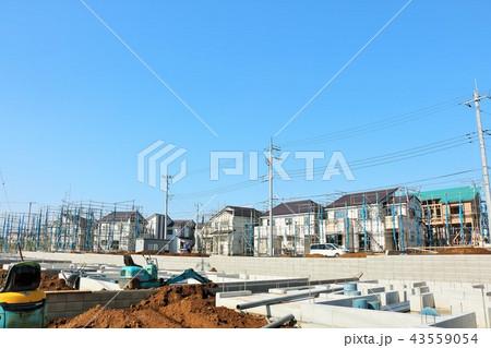 青空の住宅街と建設中の風景 43559054