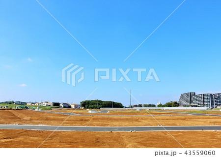 青空の街並みと建設予定の土地 43559060