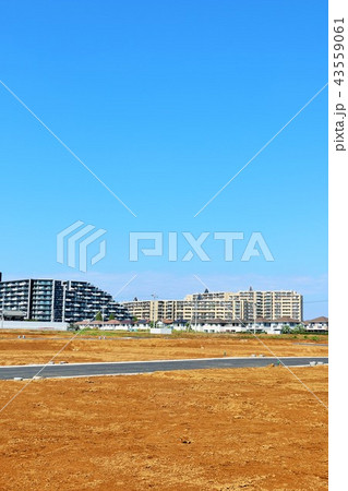青空の街並みと建設予定の土地 43559061