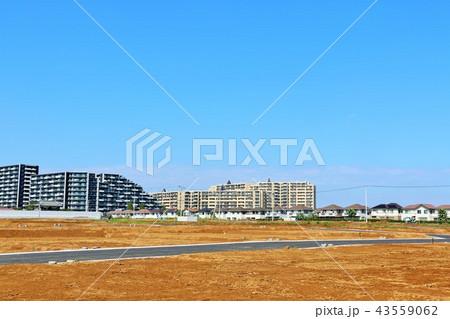 青空の街並みと建設予定の土地 43559062