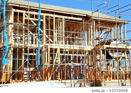 青空と建設中の家 43559068