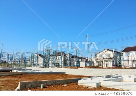 青空と建設中の街並み 43559070