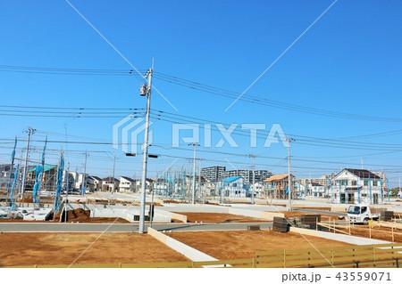 青空と建設中の街並み 43559071