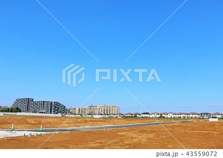 青空と建設予定の広い土地 43559072