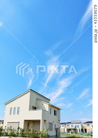 爽やかな青空と新築の家 43559079
