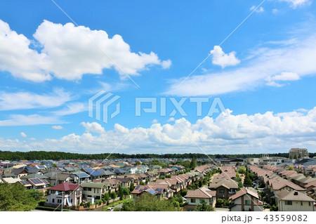 爽やかな夏の青空と住宅街 43559082