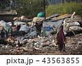 インドの首都デリー 線路沿いのスラムとバラックの住居 リサイクルできるゴミを集める人々 43563855