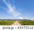雲なびく青空の下八ヶ岳の山並みを見る田園風景 43575514