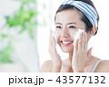 洗顔 泡 クレンジング ビューティー 女性 スキンケア ビューティ 若い女性 美容 43577132
