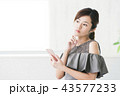 女性 スマートフォン 考えるの写真 43577233