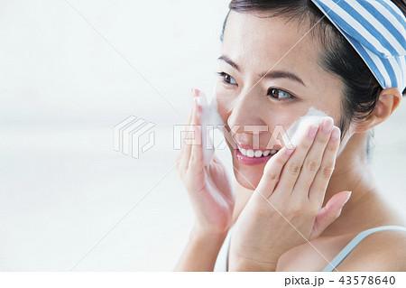 洗顔 クレンジング ビューティー 女性 スキンケア ビューティ 若い女性 美容 43578640