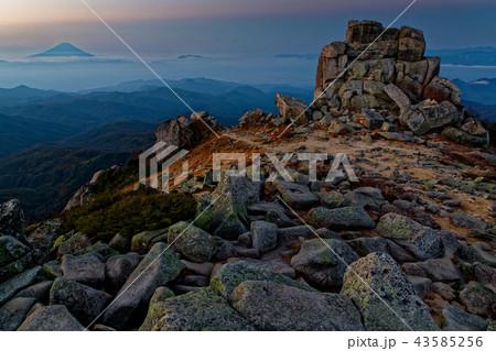 未明の金峰山山頂の風景と富士山 43585256