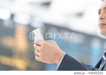 空港でスマホを操作するビジネスマン 出張 43603291