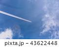 虹色に輝く飛行機雲 43622448