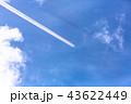 虹色に輝く飛行機雲 43622449