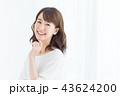 女性 笑顔 スキンケアの写真 43624200