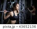 スポーツジム 女性 筋トレ 43652136