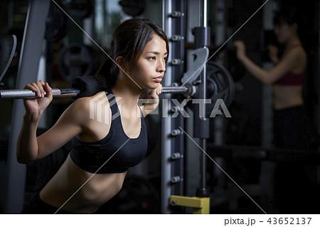 783cb212a360a スポーツジム 女性 筋トレの写真素材 [43652137] - PIXTA