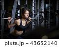 スポーツジム 女性 筋トレ 43652140