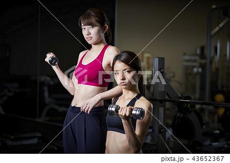 63e81743583ae スポーツジム 女性 ダンベル 筋トレの写真素材 [43652367] - PIXTA