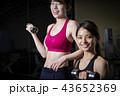 スポーツジム 女性 ダンベル 筋トレ 43652369