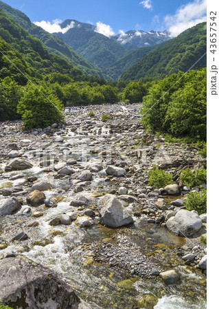 信州 長野県駒ケ根市 駒ケ根高原の駒ヶ根橋からみる南アルプスと太田切川のせせらぎ 43657542