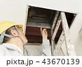 マンション ビルの屋上点検口を確認する ビジネスマン 43670139