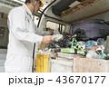 工事現場・イメージ汎用・自動車から工具を探す作業員 43670177