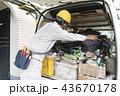 工事現場・イメージ汎用・自動車から工具を探す作業員 43670178