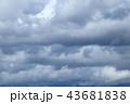 夏のどんよりした雨雲 43681838
