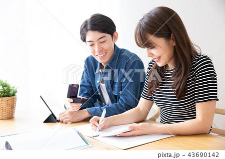 結婚資金を計算するカップル 43690142