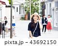 一人旅の若い女性 43692150
