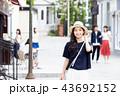 一人旅の若い女性 43692152