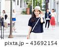 一人旅の若い女性 43692154