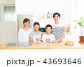 若い家族 43693646