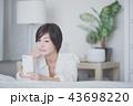 携帯電話 電話 女性の写真 43698220
