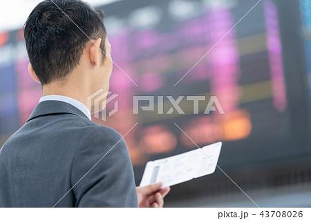 空港で航空券を持つビジネスマン 出張 43708026