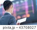 空港で航空券を持つビジネスマン 出張 43708027
