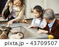 遊園地で遊ぶ家族 43709507