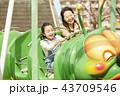 遊園地で遊ぶ家族 43709546