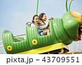 遊園地で遊ぶ家族 43709551