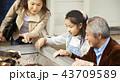 遊園地で遊ぶ家族 43709589