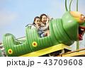 遊園地で遊ぶ家族 43709608