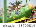遊園地で遊ぶ家族 43709614