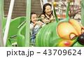 遊園地で遊ぶ家族 43709624