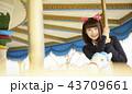遊園地で遊ぶ女子高生 43709661